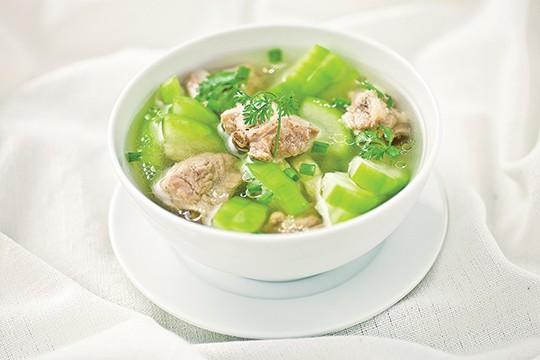 Canh bí nấu xương thuộc những món ăn tốt cho bệnh xương khớp